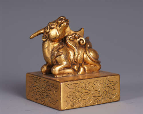 A CHINESE BEAST HANDLE GILT BRONZE CARVED FLOWER PATTERN SEAL