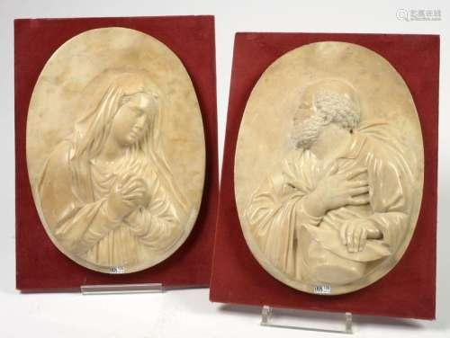 Paire de médaillons en marbre blanc sculpté en bas…