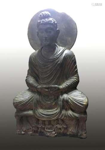 Bouddha auréolé à la coiffure en fines boucles, le…