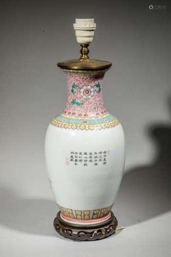 Vase monté en lampe en porcelaine à décor de perso…
