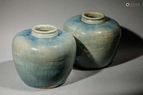 Paire de jarres rondes en porcelaine unie bleutée.…