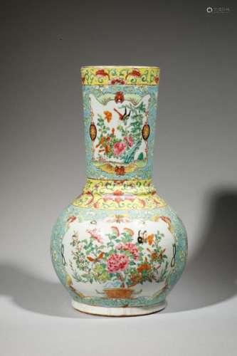 Vase au long col en porcelaine à décor d'oiseaux e…