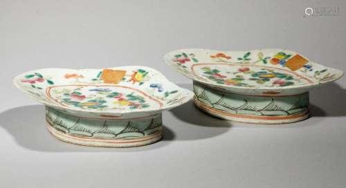 Deux coupelles polylobées en porcelaine à décor fl…