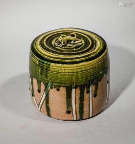 Pot couvert en terre cuite vernissée à décor vert …