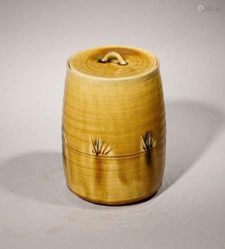 Pot couvert en terre cuite vernissée ambre. Japon,…