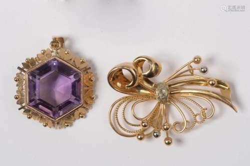 Deux bijoux: Une broche en or jaune 18 carats sert…