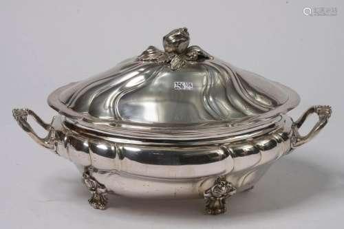 Grande soupière quadripode de style Louis XV à fil…