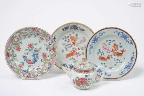 Lot de quatre porcelaines polychromes de Chine com…