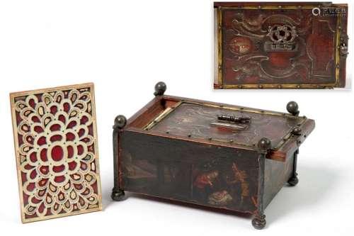 Petit coffret reliquaire en bois, fer et laiton, a…