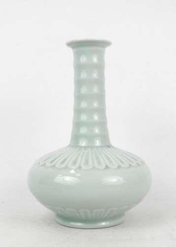 CHINE XXème. Vase à panse basse et long col étroit…