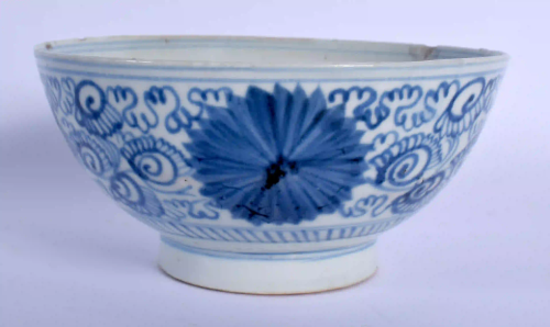 AN 18TH/19TH CENTURY CHINESE BLUE AND WHITE PORCEL…