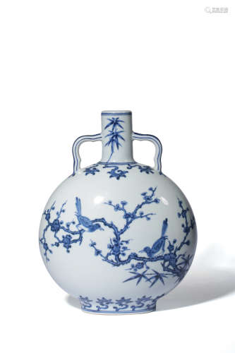 A CHINESE BLUE AND WHITE PORCELAIN MOONFLASK VASE