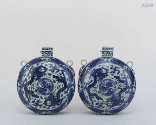A PAIR OF BLUE AND WHITE DRAGON PATTERN PORCELAIN VASE