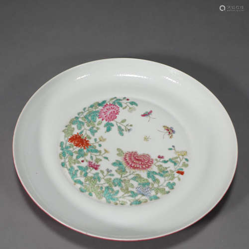 A FAMILLE ROSE BUTTERFLY AND FLOWER PORCELAIN PLATE