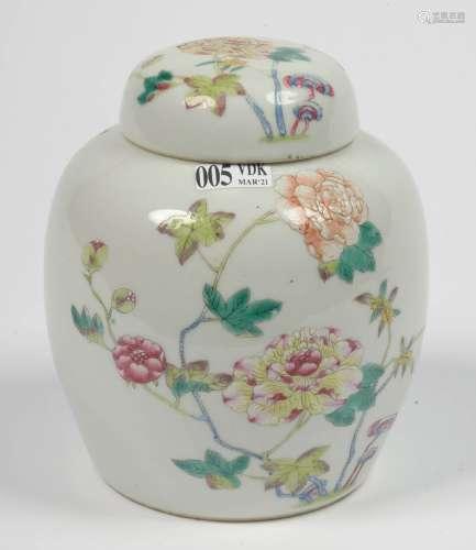 中国多色瓷小姜壶及其盖,带花纹。用蓝色标示出六个卧底人物。时期:20世纪。高:+/-15,3厘米。