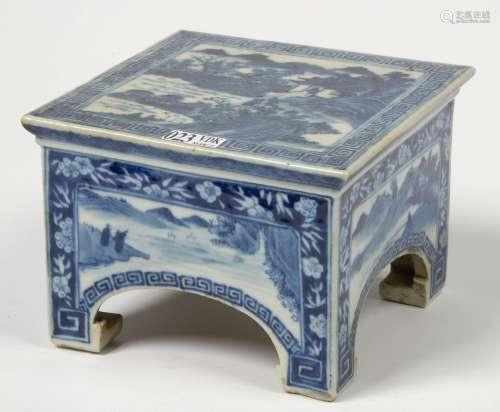 中国蓝白瓷微型方形四合桌,