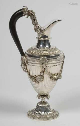 路易十六时期风格的银质镶边水壶,饰有