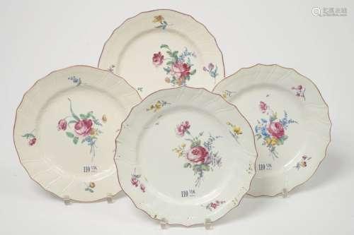 一套四个盘子,为图尔奈的多色瓷器,边沿为chantourné,柳条和肋骨,装饰有