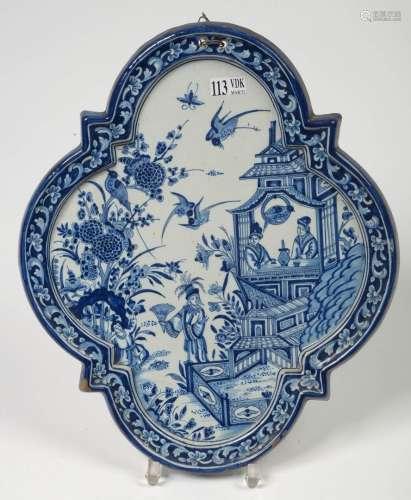 蓝白相间的代尔夫特或马库姆陶器的多裂纹盘,饰以中国风格的