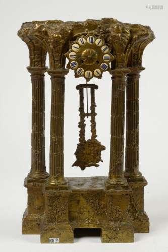 Pendule portique Néo-classique en bronze doré illustrant un ...