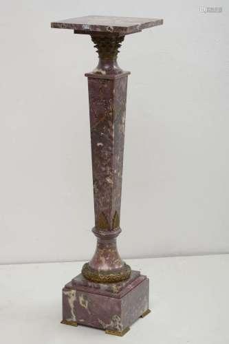 Colonne en brèche violette sculptée et monture en bronze dor...
