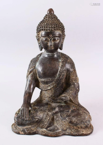 A GOOD CHINESE BRONZE FIGURE OF SEATED BUDDHA, the body