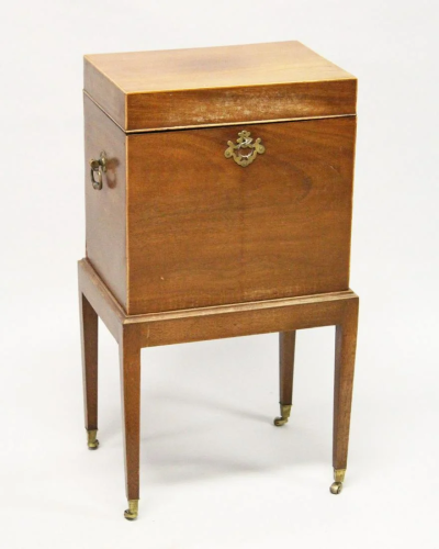 AN EDWARDIAN MAGHOGANY CELLARETTE, with ris…
