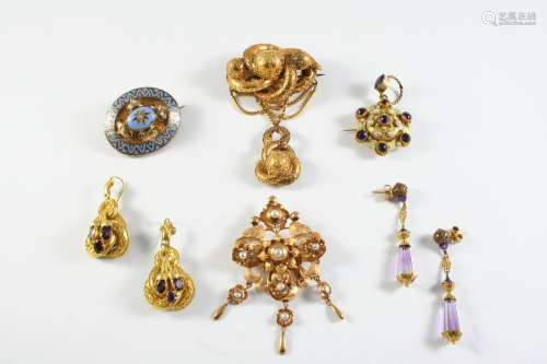 A QUANTITY OF JEWELLERY including a Victorian gold brooch wi...