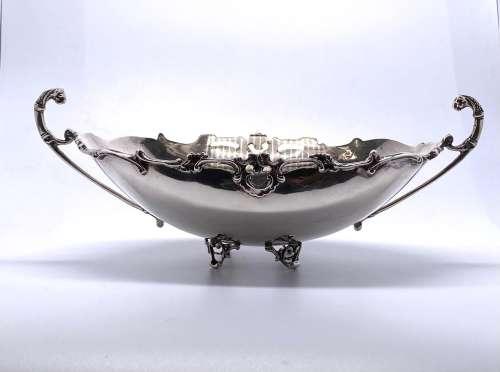 银质酱缸,四脚带卷轴,边缘饰有刺桐叶和贝壳,把手为嵌合体形式19世...