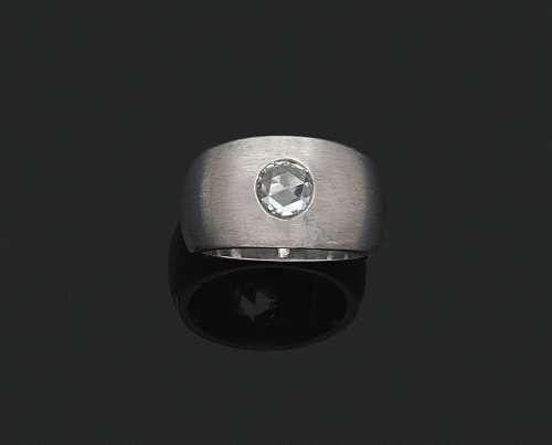 拉丝18K(750‰)白金半截式戒指,镶嵌一颗玫瑰式切割钻石。签名为PAG...