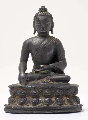 A BRONZE FIGURE OF THE SEATED BUDDHA.