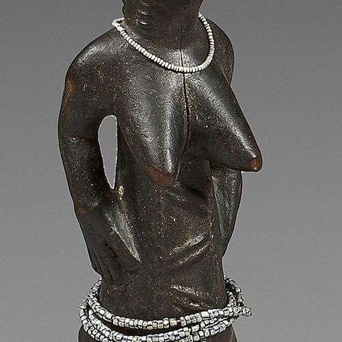 Statuette féminine Baoulé (Côte d'Ivoire). Elle es…