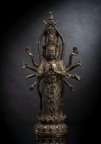 Seltene Bronze des Guanyin mit zwölf Armen stehend auf einem...