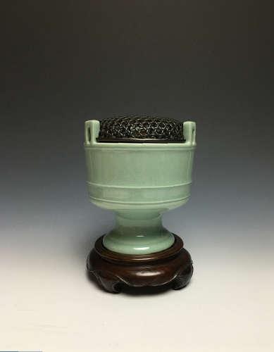清乾隆青釉三耳香炉(1736-1796)