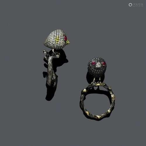 DEUX BAGUES EN DIAMANT ET RUBIS. Or blanc 750, noirci, 15g. ...