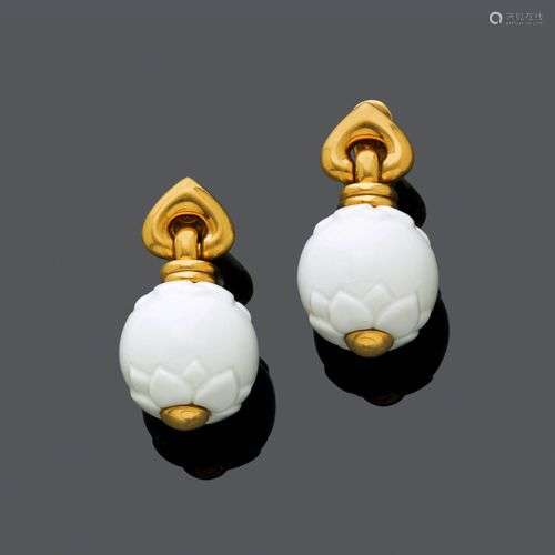Oreilles en or en porcelaine, BULGARI.Or jaune 750, 36g. Mod...