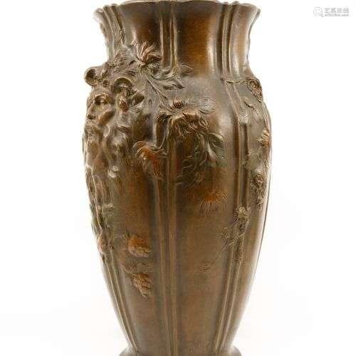 Vase balustre en bronze à patine médaille appliqué de part e...