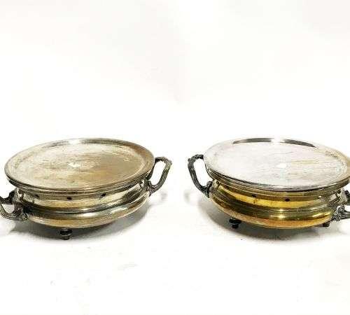 Paire de chauffe plat ronds en métal argenté munis de deux p...