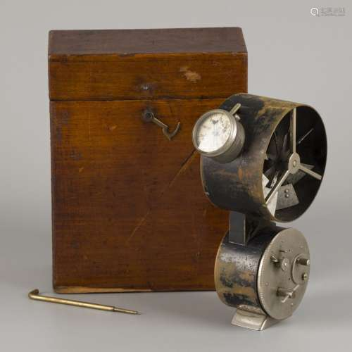 An anemometer in stained pinewood box, ca. 1920 / 1930.