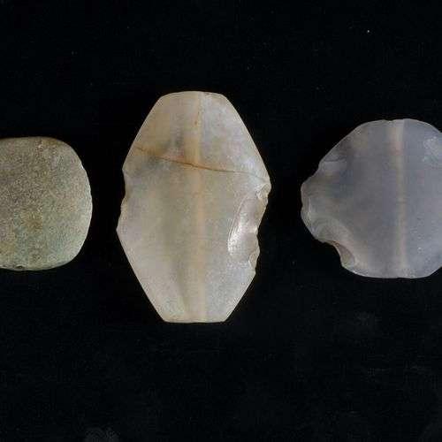 Ensemble de trois perles amigdaloides aplaties et percées. C...