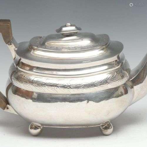 Théière en forme de bateau en argent de George III, couvercl...