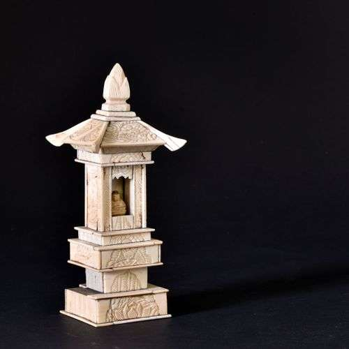 ** JAPON - fin du XIXe siècle Petit temple en ivoire sculpté...