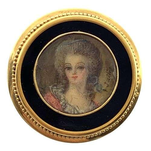 BROCHE PENDENTIF présentant un dessin miniature de femme (de...