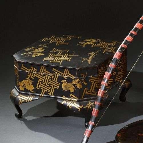 JAPON - Période EDO (1603-1868) Coffret sur piètement en boi...