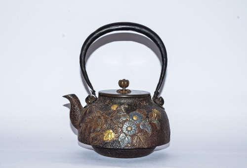 日本龙文堂制金银铜菊纹铁壶