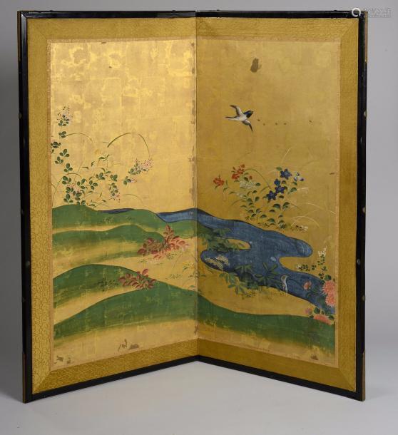 Nikyoku Byobu, paravent à deux feuilles illustré d'un vallon fleuri où coule une rivière animée d'un oiseau en vol pigments polychromes sur papier à fond de feuilles d'or, encadrement de brocart à motifs de nuages tsi et baguettes laquées noires. Japon. période Edo. Fin 19 ème début 20 ème siècle.  Ht 91cm x L94cm.
