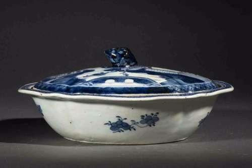 Légumier couvert de la Compagnie des Indes en porcelaine bleu blanc à décor de paysage lacustre. Chine. 18 ème siècle. Accident. 11x28,5x23,5cm.
