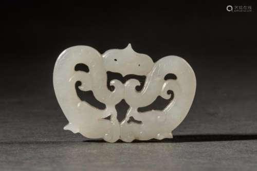 Lot comprenant une fibule de jade blanc stylisé de dragons affrontés (3,4cm), un manche de chasse mouche en jade vert (6cm) et un bracelet en métal doré incrusté de turquoise .Diam 5,5cm. Chine. Contemporain.