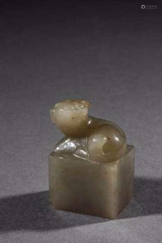 Cachet quadrangulaire surmonté d'un kilin. Jade céladon. Chine. Dynastie Qing. 4cm.
