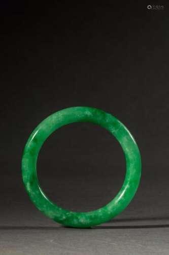 Bracelet jonc en jade vert translucide. Chine. Diam 8,5cm.